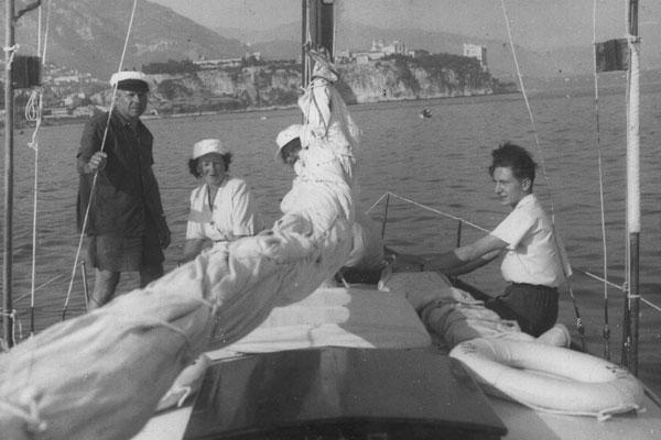 Pierre et gabrièle Vérots sur leur voilier en 1950 avec Jean Andriot